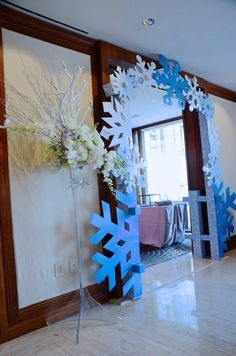 I love the giant snowflakes for the archways, perfect for a Frozen birthday party. Frozen Themed Birthday Party, 4th Birthday Parties, Xmas Party, Holiday Parties, Frozen Decorations, Christmas Decorations, Frozen Party Centerpieces, Wall Decorations, Frozen Christmas