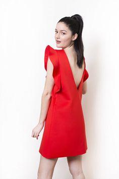 Robe courte de forme trapèze sans manches, à volants rouge coquelicot.