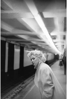 Marilyn Monroe dans Manhattan à New York. Photographies de Ed Feingersh. Marilyn Monroe, in Manhattan, NYC.Photographer: Ed Feingersh. Marylin Monroe, Fotos Marilyn Monroe, Marilyn Monroe Wallpaper, Iconic Photos, Rare Photos, Vintage Photos, Famous Photos, Epic Photos, Famous Faces