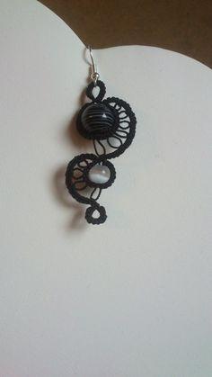Boucles d'oreille en dentelle frivolité et perles de verre