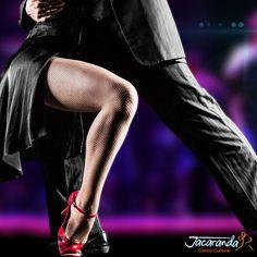 """En el tango, las piernas se lucen como en ningún otro baile. Para esto, el look que elijas debe resaltar tus piernas con pronunciados escotes, sin que esto te quite soltura y movimiento. Con tonos negros y rojos, todo el glamour """"vintage"""" de la moda de comienzos de siglo XX. #AmigosJacaranda #JacarandaCali #ClasesTangoCali"""
