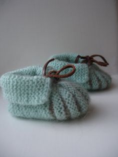 Ravelry: My version of baby shoes pattern pattern by Stitchlogue by Calista Yoo. how sweet are these? Baby Booties Knitting Pattern, Baby Shoes Pattern, Crochet Baby Shoes, Shoe Pattern, Crochet Baby Booties, Knit Or Crochet, Baby Patterns, Knitting Patterns Free, Crochet Patterns