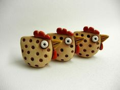 clay or ceramic hens. Clay Birds, Ceramic Birds, Ceramic Animals, Ceramic Clay, Polymer Clay Animals, Fimo Clay, Polymer Clay Projects, Polymer Clay Beads, Chicken Crafts