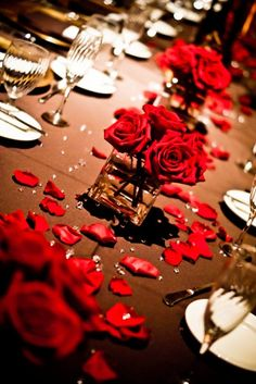 Red Centerpiece ... Would be pretty in a kinds of colors :-) Also would be nice for a gun dinner party!