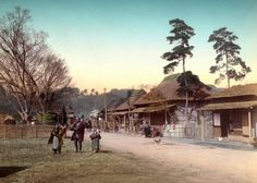 近代日本の夜明け、明治維新。開国とともに外国からやってきた人たちは、日本の風景、人々を描いた絵葉書をこぞって買い求めた。