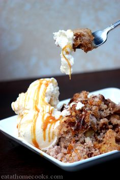 Slow Cooker Caramel Apple Crisp - and it starts with a cake mix! Must try this fall!