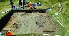 Cercetările arheologice desfăşurate pe parcursul a patru decenii au dus la descoperirea celei mai vechi aşezări umane stabile din Europa ... History Of Romania, Baseball Field, Sidewalk, Mai, Europe, Side Walkway, Walkway, Walkways, Pavement
