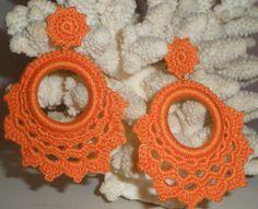 Marjorie Delgato, Crochet jewelry and patterns in spanish Crochet Cross, Bead Crochet, Crochet Lace, Crochet Earrings Pattern, Crochet Necklace, Crochet Designs, Crochet Patterns, Earing Holder, Crochet Accessories