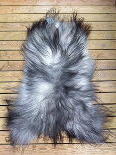 Smukke grå lammeskind fra #organicsheep pynter fantastisk på stolen eller sofaen. Køb her http://covermepure.com/dk/shop/graat-langhaaret-skind-313.html #coolnordicstyle #nordicliving #lovenature #pureliving #covermepure