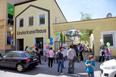 Das Kinderkunsthaus von außen: Die Räume einer ehemaligen Flaschenfabrik wurden mit Liebe zum Detail und für Design zu einem kreativen und kindgerechten Ort mit Stil umgebaut.