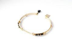 MATIERE : - Bracelet en laiton doré à lor fin, garanti sans nickel. - Perles japonaises en verre CARACTERISTIQUES : - Diamètre du bracelet : 6 cm - Couleurs des perles au choix : plusieurs bleus différents, roses, noir, rouges, argentée, dorée, écru, blanc, gris... CONSEILS DENTRETIEN