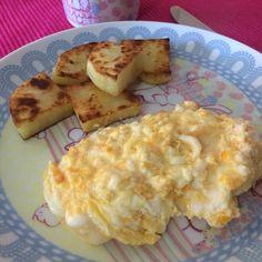 Bom dia meu !!!!! Café da manhã com 50gr de batata doce grelhada na ghee ( usei aquela saborizada com fava de baunilha e especiarias ) 1 ovo caipira ( até que enfim achei  ) mexido com 1/2 Cs de requeijão e café Buongiorno #dolcegusto Não precisamos ter medo desses carboidratos mais pesados kkk só comer em pequenas quantidades e não todo dia To aprendendo isso mas confesso que ainda tenho medo kkk e vc também tem?! Eu adoro banana kkk mas penso mil vezes antes de comer o mais engraçado que…