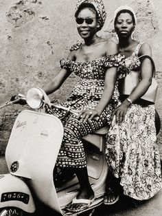 Girls on Bike by Seydou Keita The great African portraitist Seydou Keïta lived in Bamako, Mali from 1921 to A self-taught photographer, he opened a studio in 1948 and specialized in portraiture. Seydou Keita, African Life, African History, African Women, African Fashion, African Style, African Design, Scooter Girl, Vespa Girl
