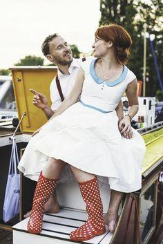 noni- schlichtes 50er Jahre Brautkleid mit Tüllrock und Bubikragen mit roten Gummistiefeln kombiniert (www.noni-mode.de - Foto: Lichtbildgeschichten)