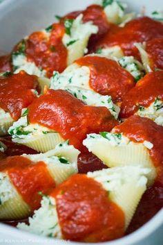 gefüllte Muschelnudeln mit Spinat und Ricotta  http://mobile.chefkoch.de/rezepte/m436001135186729/Spinat-Ricotta-Muscheln.html