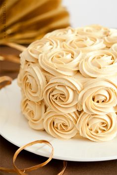 Tarta de chocolate y caramelo con rosas (Chocolate and caramel cake with roses). Recipe in Spanish.