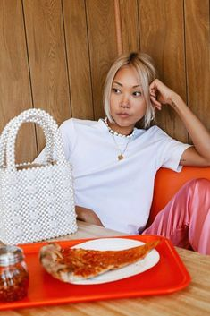 Pizza and Pearls 🍕🐚 Don't you wish to own the stunning Antonia Bag? Photo by Sporty Outfits, Sporty Style, Bags 2018, Pizza, Purses, Pearls, Clothes For Women, Sports Costumes, Sport Style