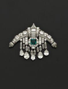 AN ART DECO EMERALD, DIAMOND, PLATINUM AND GOLD SARPECH - circa 1920. | Christie's
