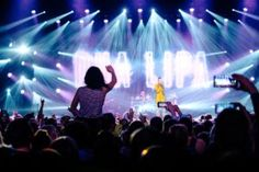 Dua Lipa concert Fabulous concert with a singer in yellow dress Backlight Photography, Concert Photography, Sunset Photography, Photography Tips, Portrait Photography, Photography Composition, Photography Aesthetic, Vintage Photography, Wedding Photography