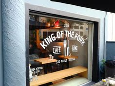 KOF é sigla para 'King of the Fork', referência ao KOM 'King of the mountain', prêmio dado ao ciclista com o melhor desempenho em uma subida. O garfo (fork) é o ponto em comum entre a bicicleta e comida. Assim define o site do café-bar, ponto de encontro para galera que curte bike, cafés e também cervejas especiais. Ter. à Sex. das 10h às 20h. Sáb. de 9h às 18h / Rua Artur de Azevo, 1317 – Pinheiros / (11) 2533-9391 / facebook.com/kingofthefork