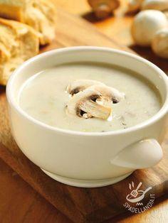 Per un effetto raffinato, arricchite la Crema di champignon e porcini (Vegan) con bruschettine di pane tagliate in diverse formine e qualche seme di zucca.