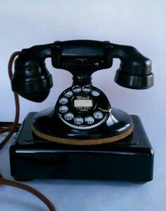 Telephone Vintage, Telephone Booth, Vintage Phones, Antique Phone, Retro Phone, Small Cafe, Old Phone, Antique Stores, Household Items
