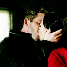 Awww! Look at how happy Regina is!! <3 #OutlawQueen <3<<<<<< I Can not even describe how happy i am by this ship!!!!