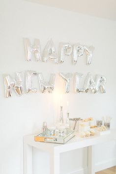 8 incredible New Year's Eve Party Decoration Ideas - Silver + white decor theme, with letter balloons and a minimalist drink + dessert station Glitter Balloons, New Years Eve Decorations, Nye Party, Party Time, Ideias Diy, New Year Celebration, Nouvel An, New Years Eve Party, Balloon Decorations