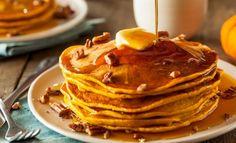 Cette recette de pancakes à la citrouille est parfaite pour faire plaisir à vo… This pumpkin pancake recipe is perfect for making your friends happy for brunch. If you want to bring the scents of autumn to breakfast, this is the recipe that you need! Pecan Pancakes, Almond Flour Pancakes, Pumpkin Pancakes, Pancakes Easy, Pancake Muffins, Fluffy Pancakes, Keto Pancakes, Homemade Pancakes Without Milk, Pancake Restaurant
