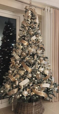 Elegant Christmas Trees, Silver Christmas Decorations, Christmas Tree Inspiration, Silver Christmas Tree, Ribbon On Christmas Tree, Christmas Tree Design, Christmas Tree Themes, Noel Christmas, Champagne Christmas Tree