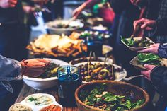 Throwing a party and trying to stick to a budget? Here are a few ideas for cheap party food to throw a budget-friendly and fun event. Buffet Chic, Cheap Party Food, Budget Party Food, Lunch Table, Dinner Table, Brunch, Wedding Reception Food, Jewish Recipes, Moussaka