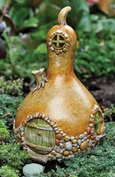 Fairy Garden Gourd-Shaped Fairy Home. This is awesome. Going to try this one.