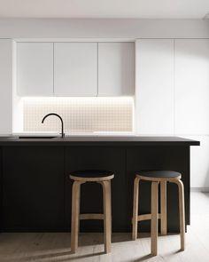 L'assoluto contrasto del nero e del bianco in questa cucin