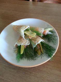 Coni di parmigiano e noccioline con finocchietto selvatico salmone e buccia di limone