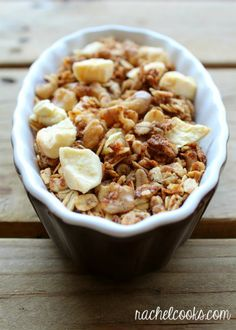 Apple granola that tastes like apple crisp is a breakfast win no matter how you look at it! You'll love the contrast of the crispy oats to the chewy dried apples. Make it today because it's going to become your favorite! Brunch Recipes, Breakfast Recipes, Snack Recipes, Breakfast Cookies, Breakfast Ideas, Apple Recipes, Fall Recipes, Fall Breakfast, Apple Crisp