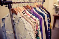 Hay algo que llamamos prendas básicas y nunca deben faltar en su guardarropa, y es que siempre te sacarán de apuros además de que combinan y complementan muy bien tus outfits. Es verdad que hay mil…