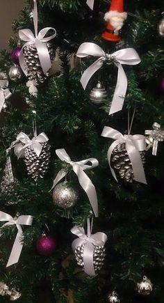 Pensando em fazer algo muito fácil como enfeites de Natal, peguei algumas pinhas, pintei com tinta spray na cor prata e colei com cola qu...