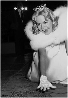 Sandra Dee at Grauman's Chinese Theatre attending the premiere of My Man Godfrey, 1957 Hooray For Hollywood, Golden Age Of Hollywood, Classic Hollywood, Classic Actresses, Classic Movies, Carol Lynley, James Darren, Bobby Darin, Sandra Dee
