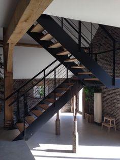 Een gelakt stalen trap met houten treden een mooie combinatie van warm en koud strak ontwerp - Mezzanine trap ...