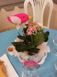 Centro de mesa Lata de leite, com fita de nylon e pérolas  Vasinho com flores rosas, e passaro de feltro com laço em fita de cetim