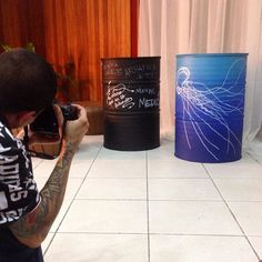 No flagra! Variação do modelo Deep Blue com arte freehand água-viva. //  Deep Blue & jellyfish. . Pedidos/orçamentos: contato@toneo.com.br . Para conhecer outros modelos acesse toneo.com.br (link no perfil) ou http://ift.tt/1Ov7UxN . #deepblue #jellyfish #posca #freehand #marineblue #indigo #degrade #gradient #sustainability #sustentabilidade #reuse #tonel #tambor #toneldecorativo #tambordecorativo #custom #varandagourmet #varanda #oildrum #interiordesign #decor #homedecor #instahome…