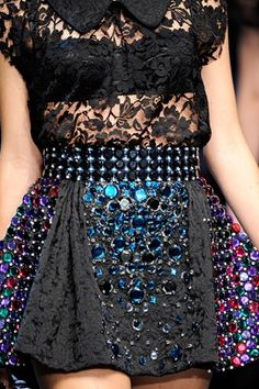 Veja detalhes de bordados, pedrarias e texturas   Tendências em moda festa