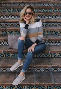 30 Comfy Winter Outfit Ideas To Try In 2019 Don't sacrifice comfort and warmth just to look best. You can adapt your outfits to the coldest weather. Sneakers Outfit Casual, Casual Work Outfits, Classy Outfits, Boho Outfits, Spring Outfits, Semi Casual Outfit Women, Women's Sneakers, Jeans With Sneakers, Casual Sunday Outfit