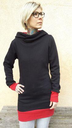 """Unser Anker Hoodie-Kleid """"Sam"""" ist aus einem leichten, etwas dehnbaren, kuschelweichen, schwarzen Sweatshirtstoff. """"Sam"""" ist körpernah und hat dennoch eine gemütliche Passform.  Die Länge des..."""