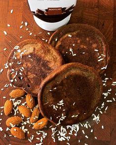 hygger med de her lækre sprøde pandekager som selvfølgelig er lavet med den nye whey 100 fra bodylab chocolate vanilla ice cream😍🥞☕️ #bodylabdk #is #vanilje #pancakes #chokolade #kokos #fitfamdk #mandler #coconut