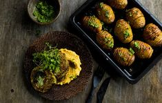 Lehtikaali-pestolla maustetut Hasselbackan perunat Halloumi, Pesto, Sprouts, Vegetables, Food, Veggies, Essen, Vegetable Recipes, Brussels Sprouts