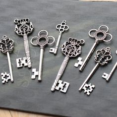 100 vintage style Skeleton Key Collection  antiqued Silver Double Sized wholesale Alice in Wonderland party wedding decorations