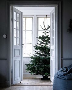 my scandinavian home: The Mysig Swedish Family Home of Jasmine Bylund decorated for Christmas Swedish Christmas, Christmas Mood, Noel Christmas, Scandinavian Christmas, Christmas And New Year, Christmas Music, Christmas Interiors, Swedish House, Christmas Decorations