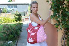 Rozkvetlá ..riflová:-)) Praktická a elegantní taška,ušitá podle vlastního střihu a návrhu ! kabelka je ušitá z červené rifloviny a na předním díle je aplikace květů a strojová výšivka !!! -kabelka je vypodšivkovaná krásnou látkou a má dvě kapsy (i 3D kapsu na mobil ) -pratelná v ruce....je to mnohem šetrnější! -formát A4 se pěkně vejde ZAPÍNÁNÍ NA ZIP !!!! ...