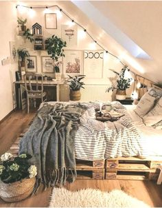 Room Ideas Bedroom, Small Room Bedroom, Boho Teen Bedroom, Cosy Bedroom Ideas For Couples, Bedroom Designs, Small Rooms, Modern Bedroom, String Lights In The Bedroom, Cozy Room